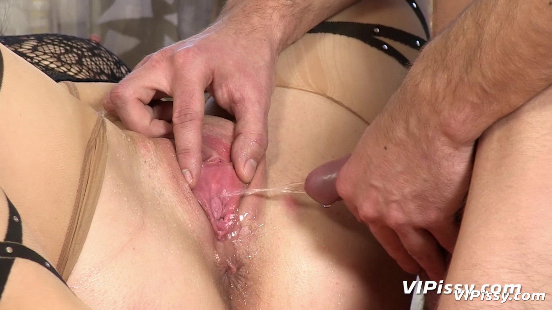 muzhchina-pisaet-na-klitor-porno-video